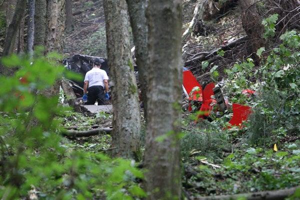Vyšetrovatelia na mieste pádu vrtuľníka.