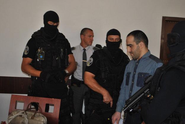 Čečenca aj v súdnej sieni strážili kukláči.