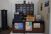 Škrob, vazelína či sadra. Tento a aj ďalší tovar ponúkali kedysi v obchodoch, ako inštalovali v Tekovskom múzeu.