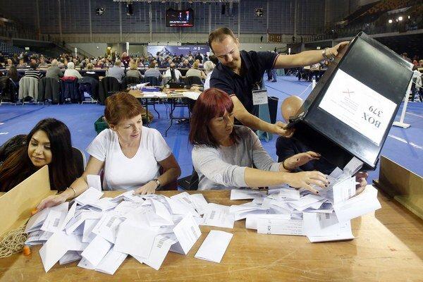Parlamenté voľby v Británii pravdepodobne vyhrala Konzervatívna strana premiéra Davida Camerona.