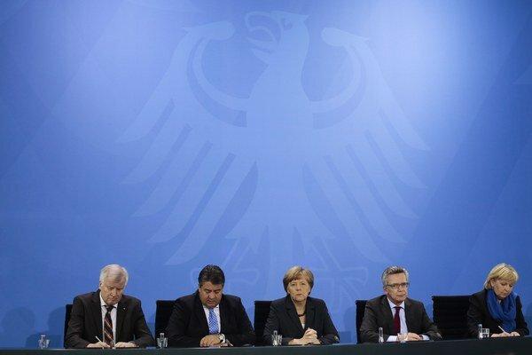 Predstavitelia Nemecka na tlačovej konferencii o národnej azylovej politike v Berlíne.