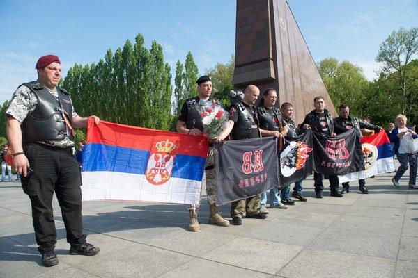 Nechýbali ani motorkári so symbolmi ruskej nacionalistickej skupiny Noční vlci.