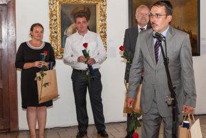 Archeológ Ján Beljak preberá na zámku ocenenie pre Pustý hrad.