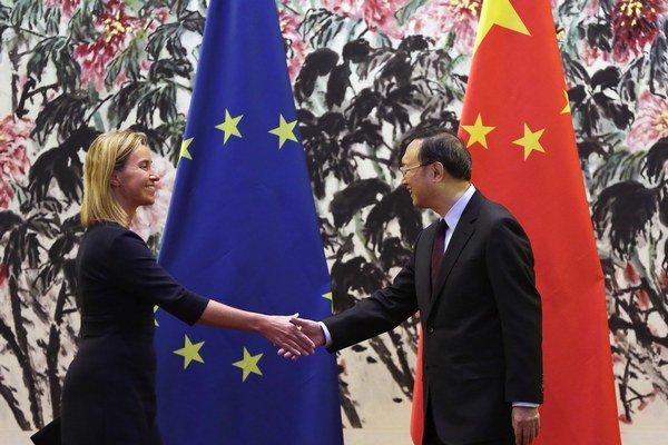 Federica Mogheriniová na stretnutí s členom čínskej štátnej rady Jangom Ťie-čchim.