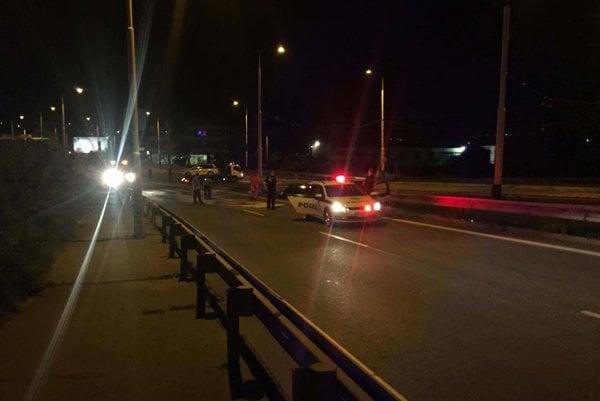 Vyšetrovanie nehody. Policajné auto odviezla odťahovka.