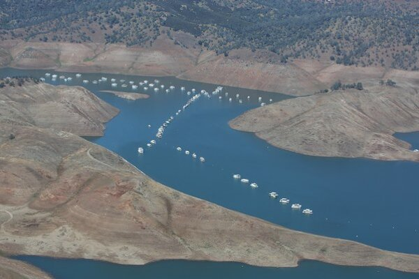 Ustupujúce vody jazera New Hogan v Kalifornii.
