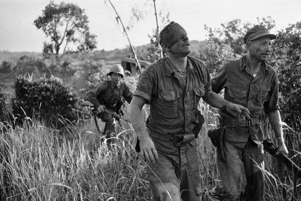 Zranení americkí vojaci na bojisku po obsadení Saigonu.