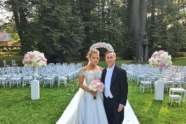 Romantika v parku. Známy párik sa zosobášil v krásnej záhrade Heráleckého zámku.