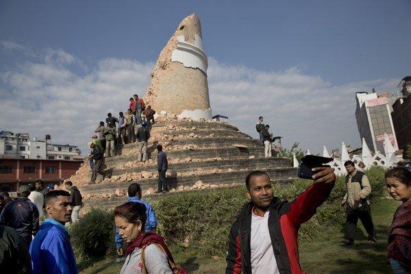 Zemetrasením zničená veža v Nepále je miestom selfie fotiek.