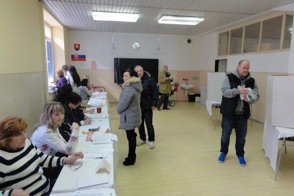 Doteraz prišlo k volebným urnám podľa odhadov viac ako 10% voličov.