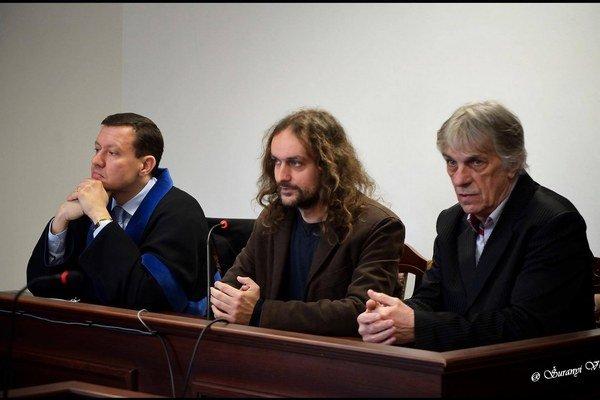 Advokát Daniel Lipšic a výtvarníci Ľuboš Lorenz a Peter Kalmus počas súdneho pojednávania.