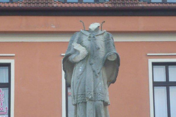 Zničená socha sv. Jána Nepomuckého.