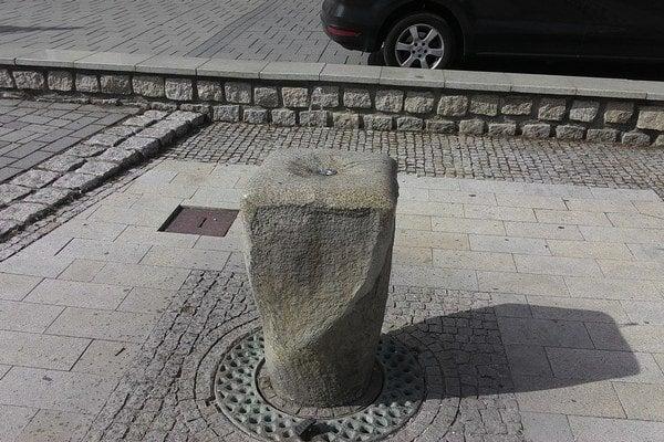 Táto fontánka sa spúšťa pedálom.
