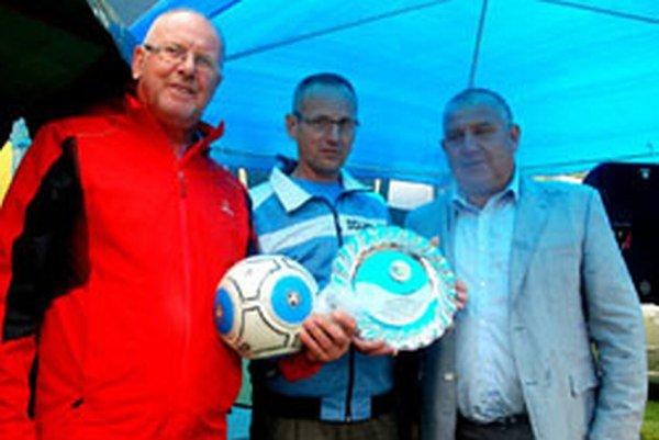 Futbalový klub OŠK Závada oslávil minulú sobotu svoje 50. výročie. Poďakovanie za spoluprácu domácim funkcionárom astarostovi obce odovzdal predseda ObFZ Topoľčany Pavol Šípoš.