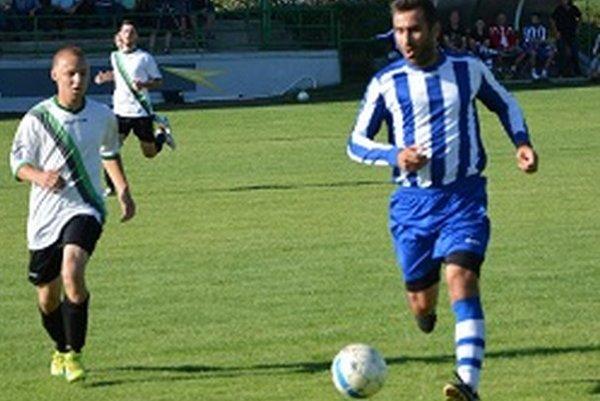 Jacovce - V. Bedzany 4:2. Za hostí strelil oba góly Ján Mucha (vpravo).
