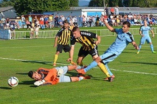 Vyrovnávajúci gól domácich strelil Peter Rybanský (v modrom). Domáci Slovan mieri do 4. kola Slovenského pohára.