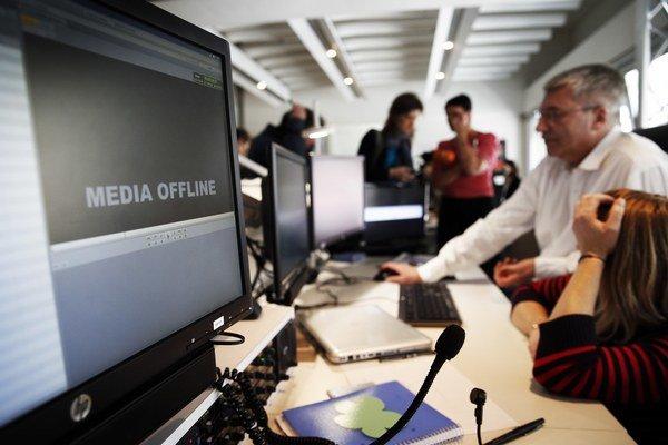 Zamestnanci francúzskej televíznej stanice TV5 Monde pracujú po kybernetickom útoku 9. apríla 2015 v Paríži.