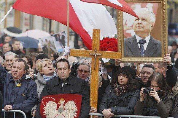 Spomienkových akcií na Smolensk býva každý rok viac, protesty organizuje najmä konzervatívna Kaczynského strana PiS.