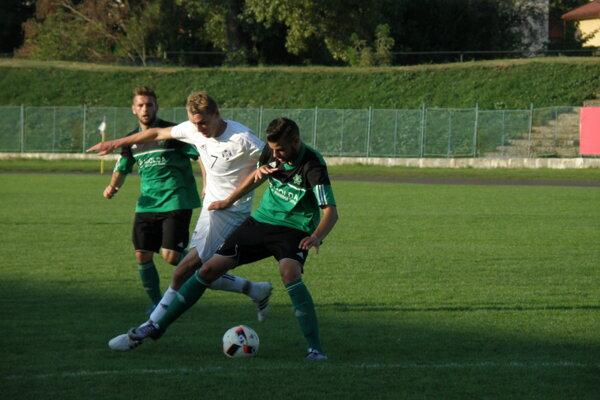 Novozámčania (v zelenom) ťahali v derby na ihrisku Komárna za kratší koniec