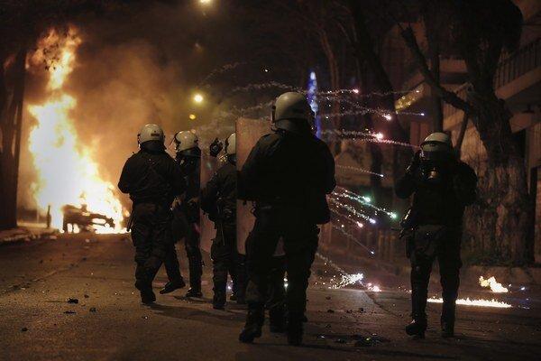 Demonštranti hádzali na policajtov zápalné bomby.