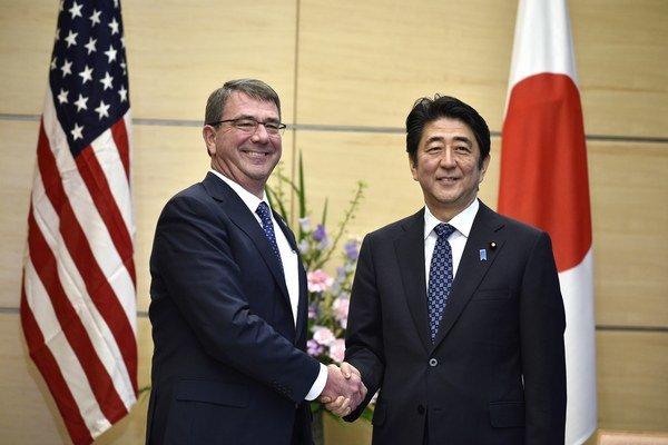 Americký minister obrany Ash Carter počas návštevy Japonska.