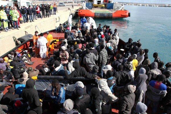 Vlani sa na územie EÚ cez Taliansko dostalo asi 170.000 imigrantov.