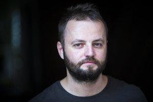 Učiteľ ĽUBOŠ SIBERT sa nechal k štrajku strhnúť atmosférou počas protestnej akcie Dlhých nosov. Odvtedy je súčasťou Iniciatívy slovenských učiteľov a v jej mene intenzívne bloguje.