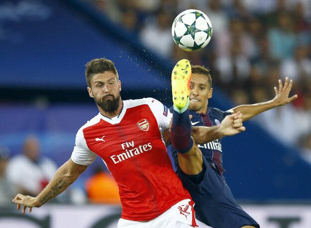 Olivier Giroud (vľavo) v súboji s Marquinhosom.