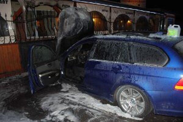 Oheň poškodil auto aj terasu.
