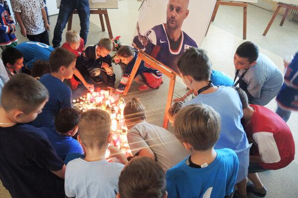 Deti zapálili pod fotografiou Pavla Demitru desiatky sviečok.