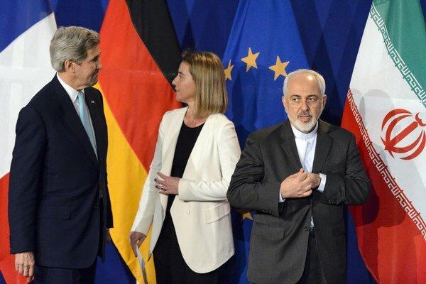 Iránsky minister zahraničných vecí Mohammad Džavád Zaríf (vpravo) počas rokovaní.