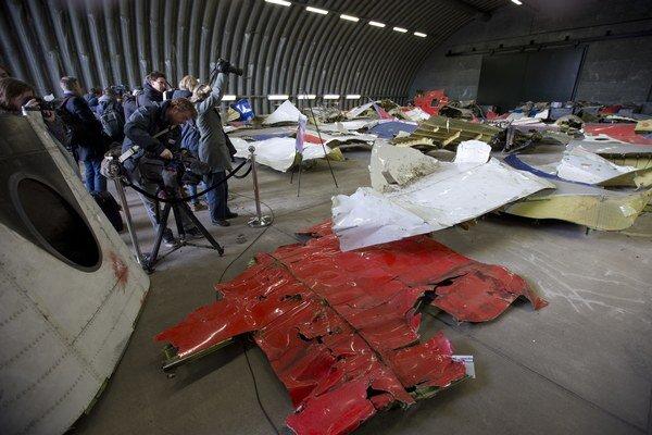 Trosky zostreleného boeingu ležia v hangári na základni Gilze Rijen v Holandsku.