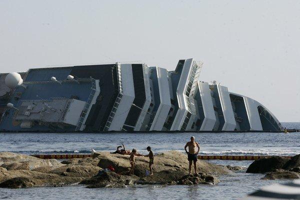 Pri potopení lode Costa Concordia zomrelo 32 ľudí.