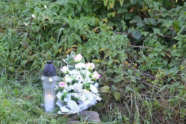 Kytička a zapálená sviečka na mieste obrovského nešťastia.