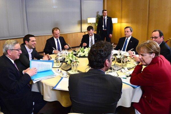 Grécky premiér Alexis Tsipras v spoločnosti európskych lídrov.
