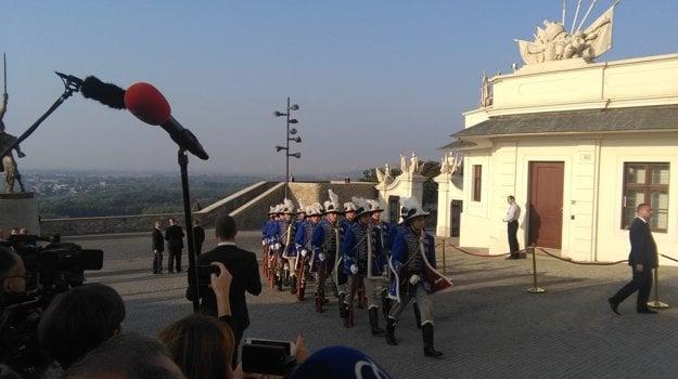 Čestná stráž pre Bratislavským hradom.