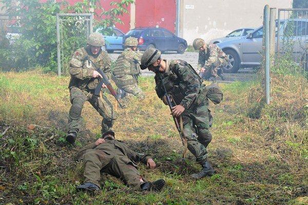 Na snímke vojaci počas cvičenia prichádzajú k zranenému.