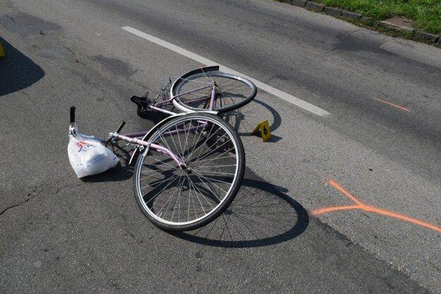 Cyklista aj nákup skončili na ceste.