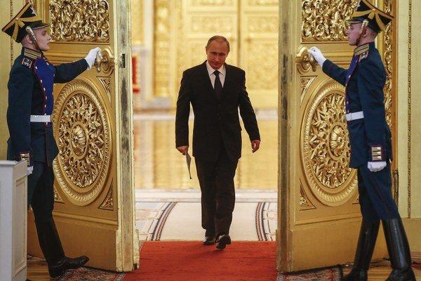 Ruský prezident Vladimir Putin prichádza na zasadnutie prípravného výboru osláv Dňa víťazstva v Moskve 17. marca 2015.