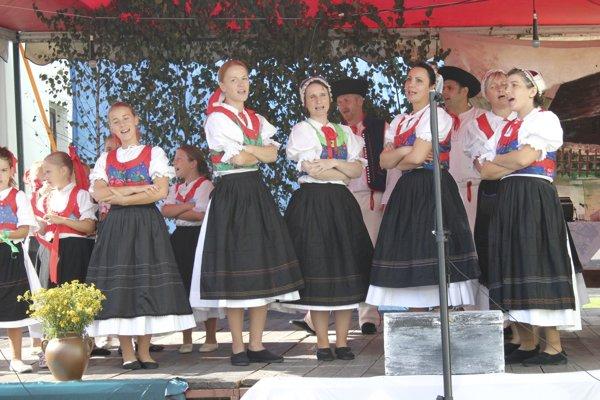Folklórna skupina Rokôška vychádza z miestnych tradícií, ktoré sa zároveň snaží aj uchovať.