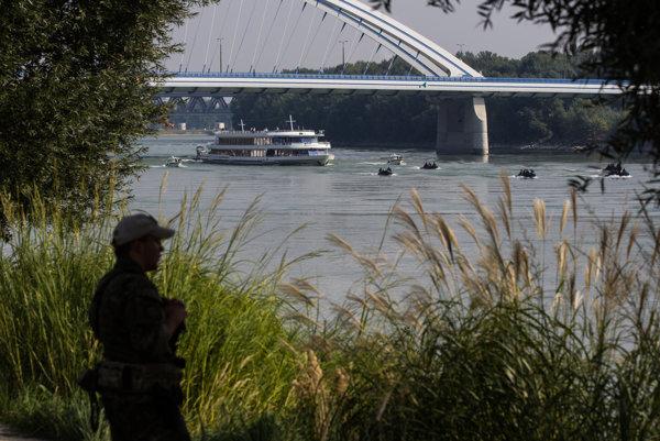 Únijná loď pod nemeckou vlajkou sa vracia do prístavu.