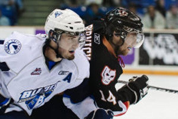 Marek Viedenský (vľavo) ešte v drese tímu WHL Saskatoon Blades.