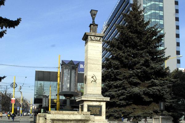 Symboly nezmizli z košického pamätníka prvýkrát.
