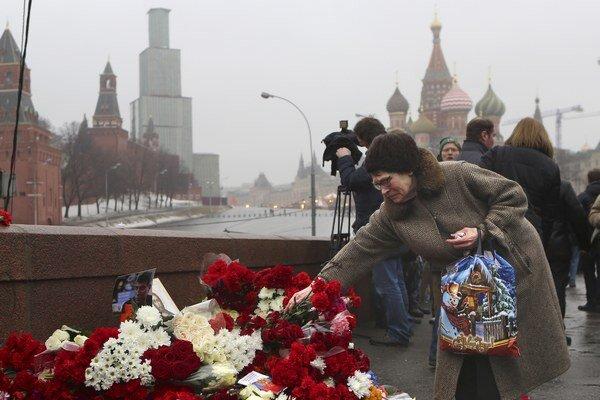 Ľudia kladú vence na mieste neďaleko Kremľa, kde bol zavraždený Boris Nemcov.