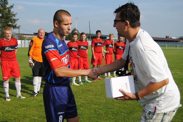 Ocenený za gól jari. Marek Jaworek prebral cenu zrúk šéfredaktora.