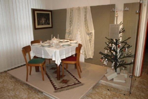 Stôl bol v meste bohatšie vyzdobený, stromček stál vedľa.