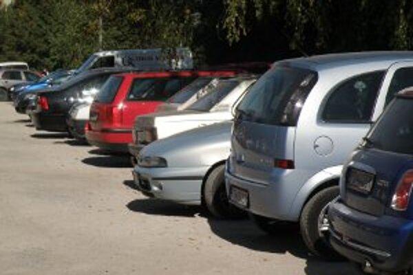 V centre Prievidze budú vodiči za parkovanie onedlho platiť.
