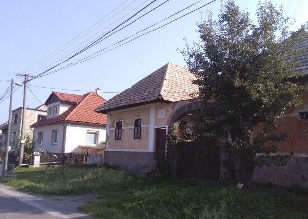 Okrem novostavieb sú zaujímavé aj niektoré staršie domy.