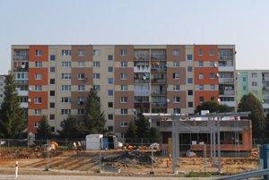 Čerpacia stanica (vpravo) pod oknami bytov. Jej stavebné povolenie sa prešetruje.