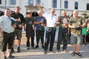 Tri víťazné partie. Humenský Sokol (zľava), druhí Baškovčania aOhradzančania, vpravo víťazné PZ Jazvec.